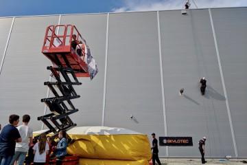 数メートルの高さから飛び降りるなどスタントアクションが披露さえていました Photo: Aki SCHULTE-KARASAWA