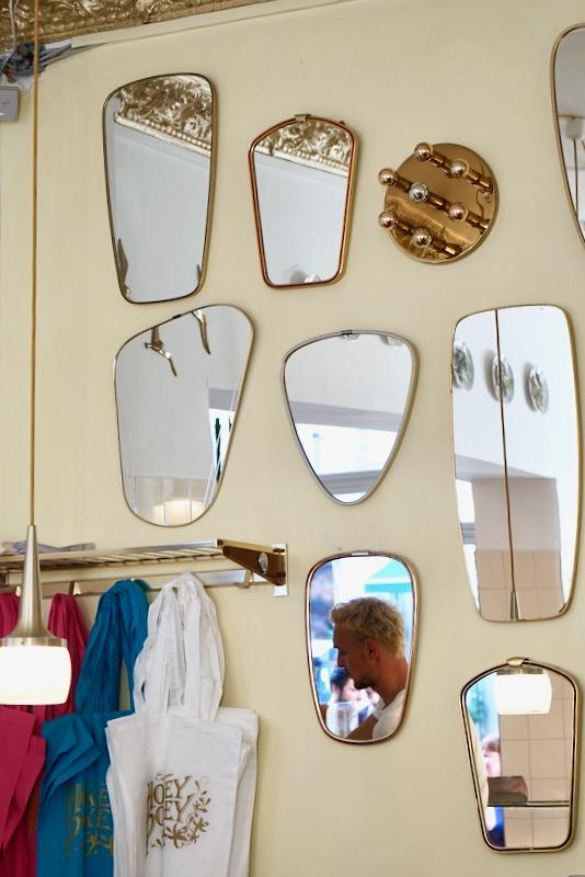イートインスペースには壁一面に鏡が。