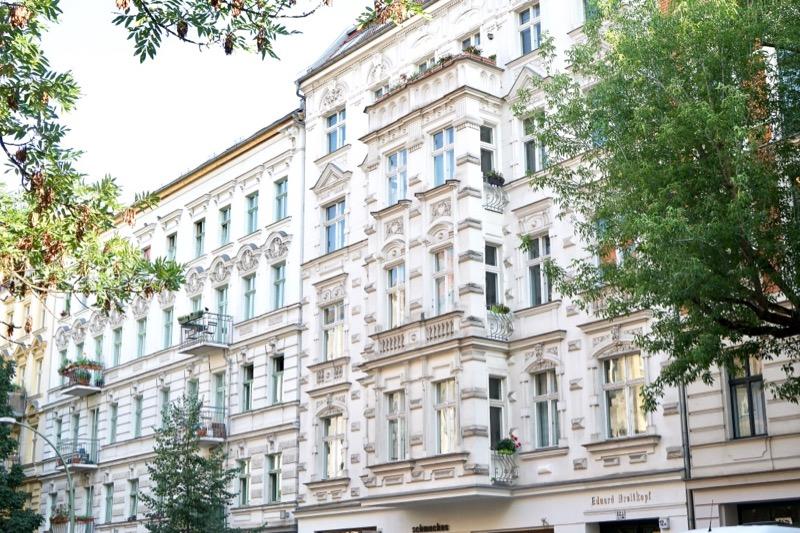 1800年代後半から1900年代初頭にできた「アルトバウ」と呼ばれるアパートが並びます。