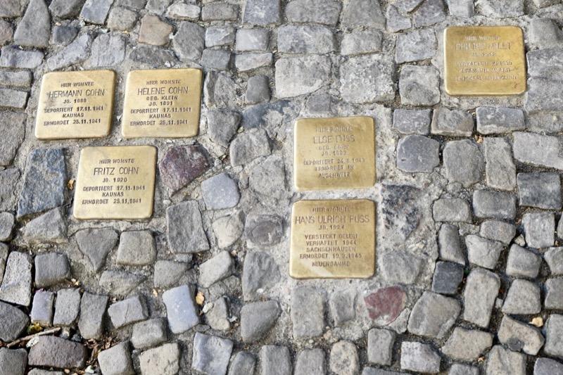 ベルリンだけでなく、ドイツやそのほかの国にも埋められています。