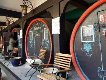 ワイン樽を改造したホテルの客室。ここで眠ったらワインの夢が見られそう・・・