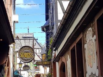 メインストリートつぐみ横丁。ワイン酒場やレストラン、お土産ショップがぎっしり!