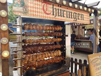 豪快な豚肉のロースト。いい匂いでついつい引き寄せられます!
