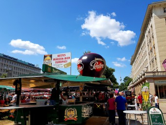 ベルリンの大通りに世界のビールスタンドが立ち並ぶフェス。遠くに見えるのはテレビ塔。