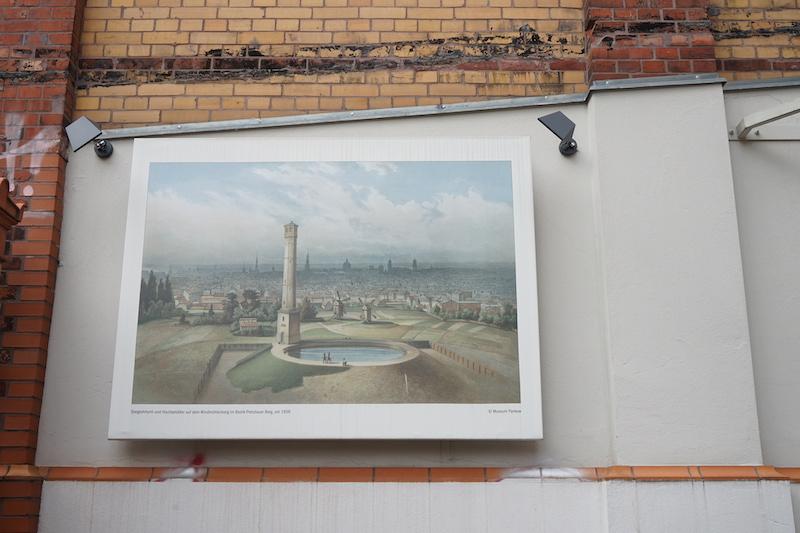 地域図書館・博物館の外壁にある絵。
