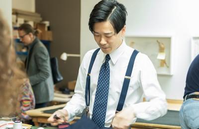紳士服の世界でマイスターを目指す城田真至さん。(写真©Hiroshi Toyoda)