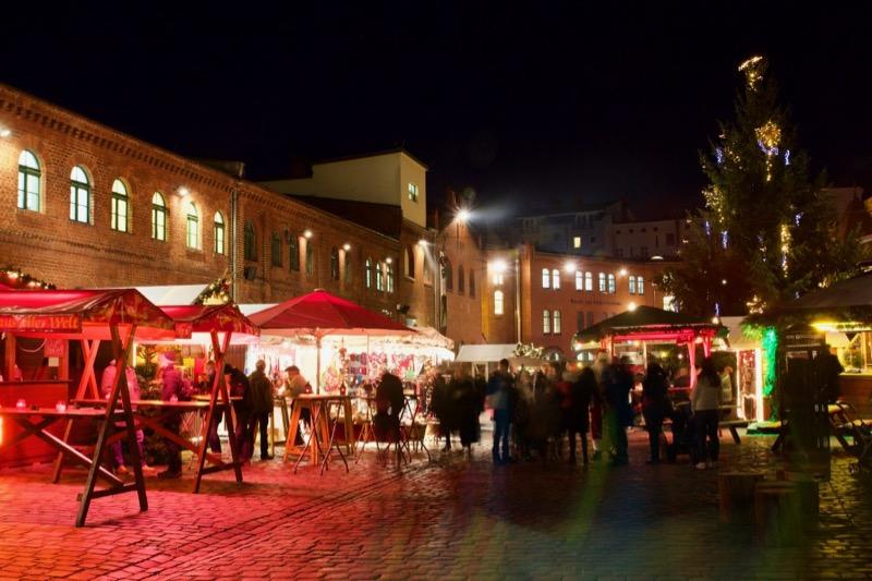クリスマスマーケットでは屋台や乗り物を楽しんでください