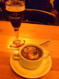自家醸造の黒ビールと玉ねぎスープ