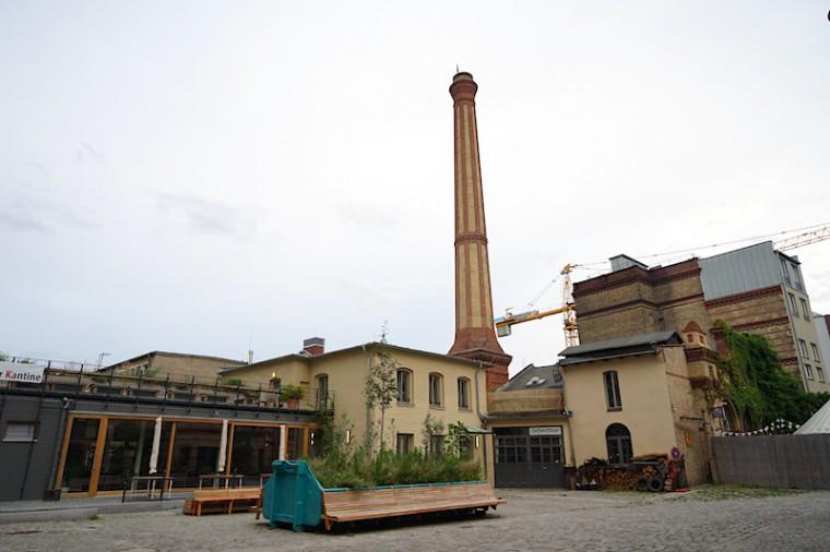 工場と聞いて思い浮かぶ、煙突があるレンガ建築