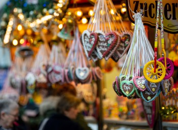 03.12.2019, Brandenburg, Potsdam: Lebkuchenherzen werden an einem Marktstand auf dem Weihnachtsmarkt in der Brandenburger Straße zum Verkauf angeboten. Foto: Monika Skolimowska/dpa-Zentralbild/ZB | Verwendung weltweit