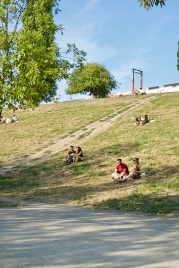 丘の上にベルリンの壁が残っているのが見えるでしょうか?
