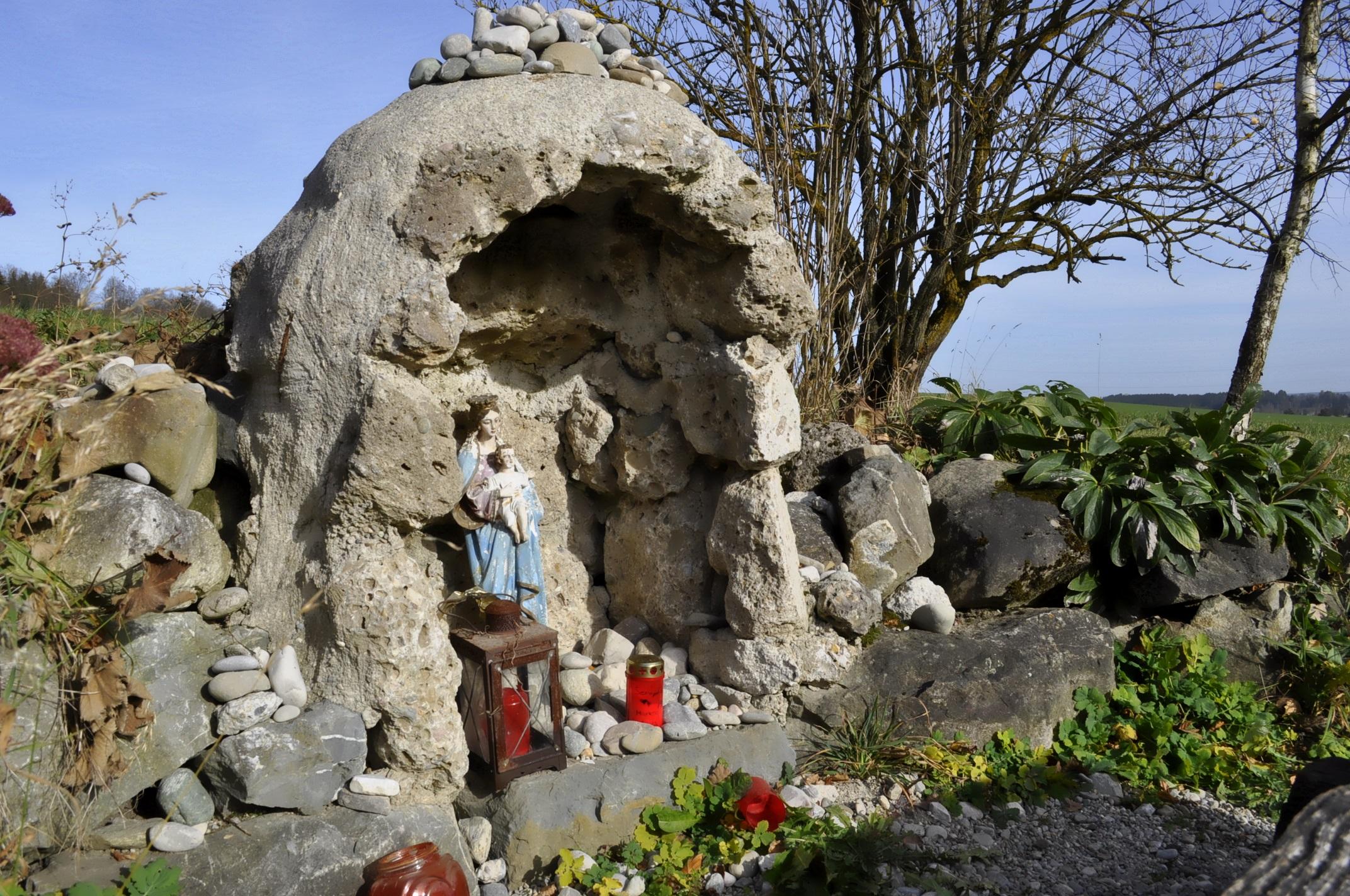 道端のマリア像。上部には道ゆく人たちが置いたのであろう小石が積み重なっています。