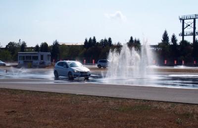 ホッケンハイムでADACの安全運転教習を体験。噴水の壁を避けながらドライブする体験もあった Photo: Aki SCHULTE-KARASAWA