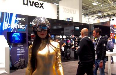 サングラスやヘルメットを展開する「uvex」のブース。全身ゴールドにバイザー付きヘルメットという女性が来場者をいざなっていた Photo: Aki SCHULTE-KARASAWA