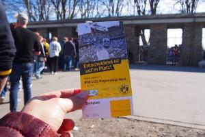レギオナルリーガのチケットを片手にボディーチェック&手荷物検査の列に並ぶ Photo: Aki SCHULTE-KARASAWA