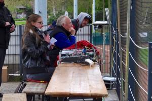 音響システムはテントの下に設けられ、システムの前に座った女性が選手名のアナウンスも担当していた Photo: Aki SCHULTE-KARASAWA