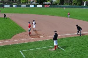 盗塁を試みるドルトムント・ワンダラースの選手を審判がにらむ Photo: Aki SCHULTE-KARASAWA