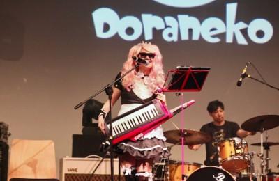 ステージでアニソンを熱唱するDoranekoさん