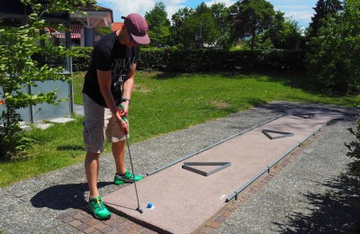 ドイツの観光地でよく見かけるミニゴルフは、大人も子供も楽しめるアクティビティー Photo: Aki SCHULTE-KARASAWA