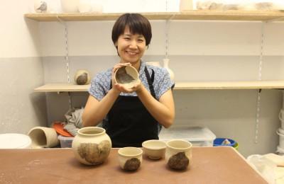ベルリンのアトリエで作陶するHarumoさん