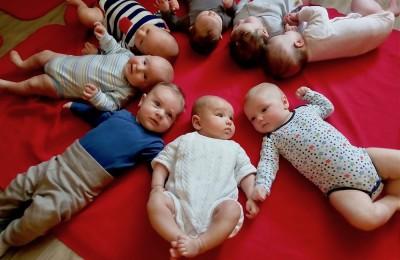 はじめましての「ペーキップ」。ペーキップは赤ちゃんと親が一緒に楽しむアクティビティーで、赤ちゃんが社会性を習得するための大事なステップ Photo: Aki SCHULTE-KARASAWA