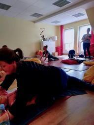 赤ちゃん連れOKの産後の回復教室(保険適用範囲)。母親がアクティビティーに集中するため、ヘバメがインストラクターをしつつ時折赤ちゃんをあやしてくれる場面も Photo: Aki SCHULTE-KARASAWA