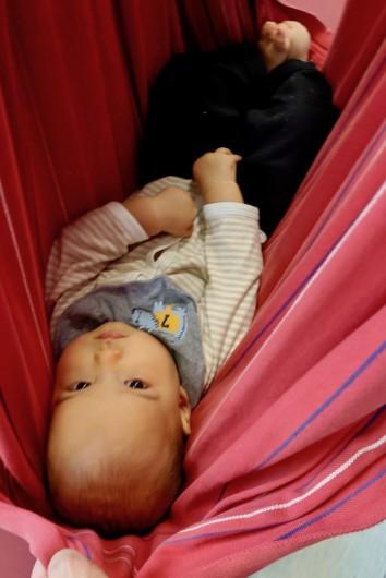 生後8カ月の息子。ハンモックのように乗せて揺らしてみると無反応でした… Photo: Aki SCHULTE-KARASAWA