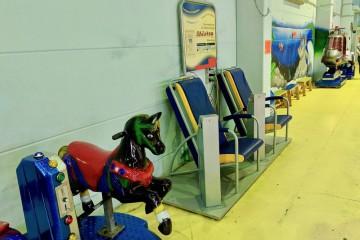 回転木馬に並んで設置された古めかしいマッサージチェア Photo: Aki SCHULTE-KARASAWA