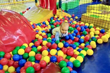 ボールプールに沈み込んで満足そうな息子 Photo: Aki SCHULTE-KARASAWA