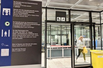 フランクフルト空港の保安検査場。子連れが利用できるレーンがある Photo: Aki SCHULTE-KARASAWA