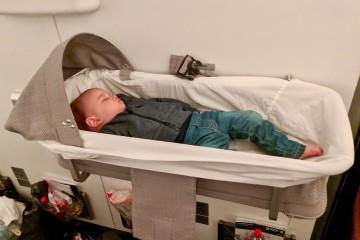 日系航空会社のベビーベッドでは大泣きだった息子がベッドに置いてみてもスヤスヤ。感激でした Photo: Aki SCHULTE-KARASAWA