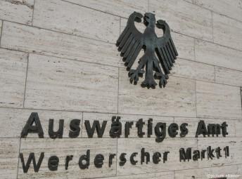 鷲の紋章と「外務省」の文字