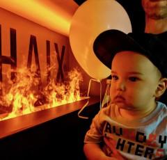 """赤い光と蒸気で演出された""""炎""""がHaixの世界へお出迎え。家族みんなで楽しめるイベントでした Photo: Aki SCHULTE-KARASAWA"""