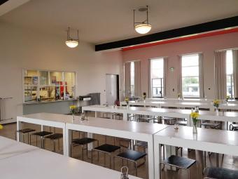 明るく開放感のある学食。照明や家具にもバウハウスらしさが!