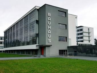 初代校長グロピウスが設計したバウハウス校舎