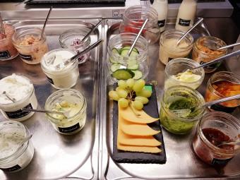 20種類ほどが並ぶベジ対応サラダやペースト類に感動……!
