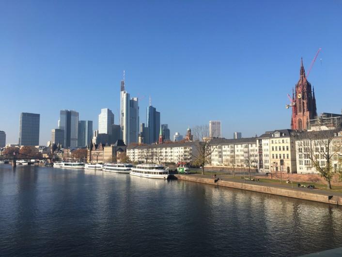フランクフルト中心部と地元の居酒屋が建ち並ぶザクセンハウゼンエリアを繋ぐ橋(Alte Brücke)から見たスカイライン。 ©tomogermany