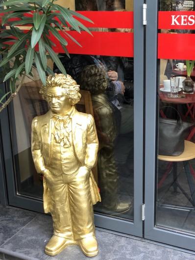 カフェの前にも黄金のベートーヴェン!