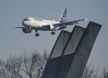 フランクフルトへ着陸するチャーター機。©dpa