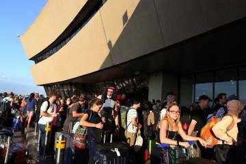マニラ(フィリピン)の空港で帰国用のチャーター機を待つドイツ人観光客ら ©dpa