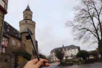 鍵をもらった後は、後ろに見える魔女の塔に向かいます!