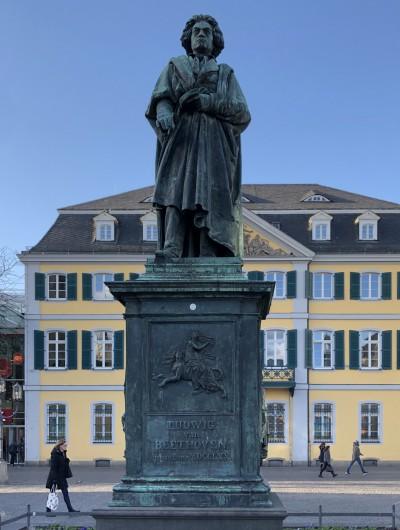 ボンのミュンスター広場にあるベートーヴェン記念碑