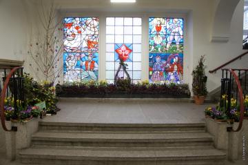 ソルブハウス内観。ステンドグラス中央に描かれた菩提樹の葉はソルブのシンボル
