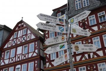 広場にある姉妹都市が書かれた道標。なんだかおしゃれ。