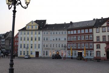 パステル調の建物が並ぶ広場