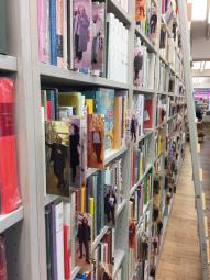この書店を訪れたことのある著者の写真が、本棚の見出しに使われている