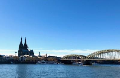 ケルン大聖堂とライン川に架かるホーエンツォレルン橋