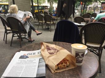 ベルリンのカフェライフ、再び!テーブルとテーブルの間の間隔が大きくなっています