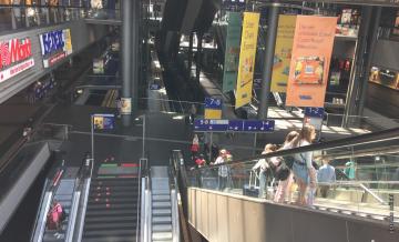 ざっと見まわした限り、ベルリン中央駅構内のマスク着用率は70%くらいでした