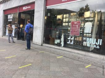 入店制限があるため、店舗前では1.5mの間隔を取って行列できるようになっている